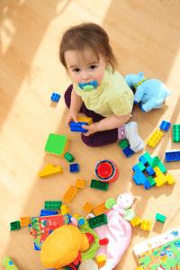 Enfant sur un sol propre
