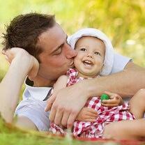 Papa profite de son bébé les jours fériés